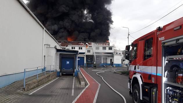 Požár průmyslové haly v Kralupech nad Vltavou 19. listopadu 2020.