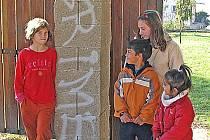 Následky řádění vandalů jsou i na hřišti na návsi. Nápis na sloupu přístřešku, kde si hrají za deštivých dnů, se místním dětem nelíbí.
