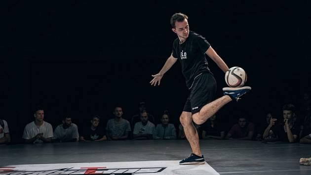 Freestyle fotbal je nově vzrůstající sport, ve kterém se meze nekladou.