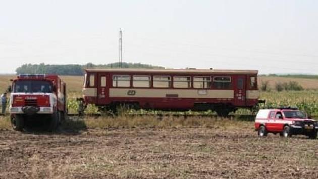 """Hasiči """"nahazovali"""" vlak zpět na kolejiště pomocí hydraulických zvedáků."""