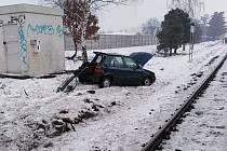 Provoz mezi Neratovicemi a Všetaty přerušila ve středu nehoda na přejezdu v Tišících, střetl se tu osobní vlak s automobilem.