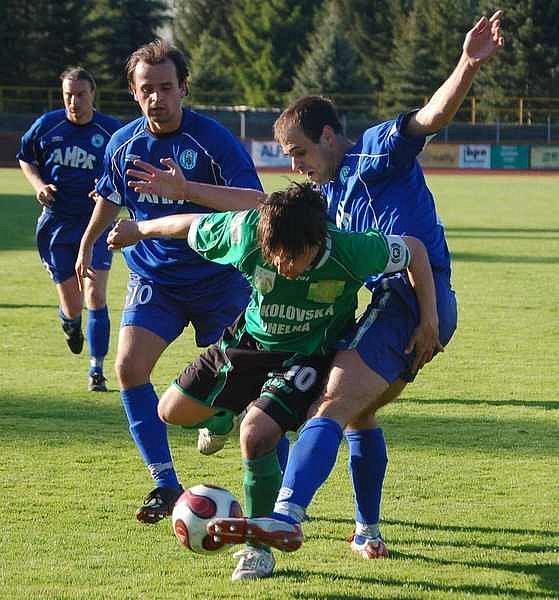Z utkání 24. kola divize B Sokolov B (v zeleném) - Libiš (1:1).