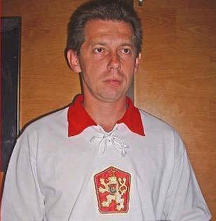 Trička se znakem lva a pětícípou hvězdou připomínající dobu Československa jdou na trhu na dračku.