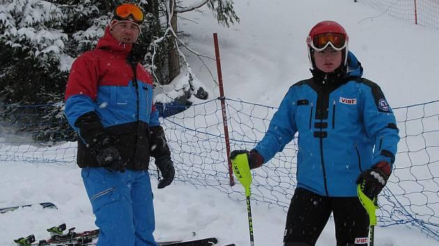 Se svým trenérem na startu slalomu