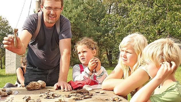 Malí a velcí archeologové hledali v Lobči pazourky.