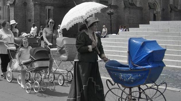 Sběratelka Věra Čížková (s modrým kočárkem) pořádá i retro akce s kočárky.