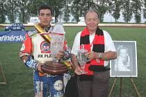 Druhým vítězem vzpomínkového závodu na Antonína Kaspera staršího se stal Filip Šitera. Na snímku je úspěšný plzeňský jezdec spolu s Antonínem Kasperem starším.
