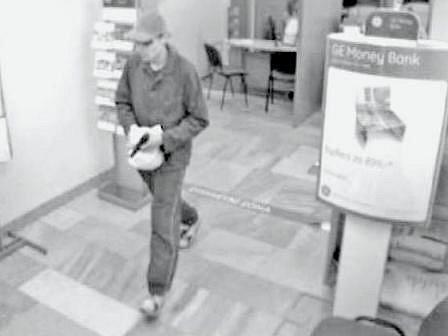 JE TO ON?  Lupič, který přepadl stejnou banku před čtrnácti dny (na snímku) byl přibližně stejně starý, jako zlodějíček z tohoto týdne. Podobu porovnat nelze. Současný kriminálník měl přes hlavu kuklu.
