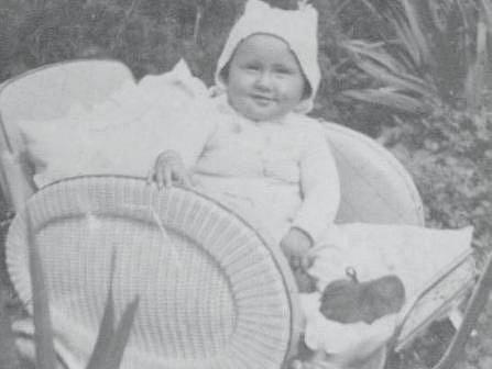 Půlroční Antonín Žďánský spokojeně odpočívající v kočárku.