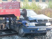 Tři děti cestovaly v autě, které na podzim roku 2015 ráno na tehdy zavřeném železničním přejezdu mezi mělnickými ulicemi Řepínskou a Mšenskou smetl z kolejí nákladní vlak.