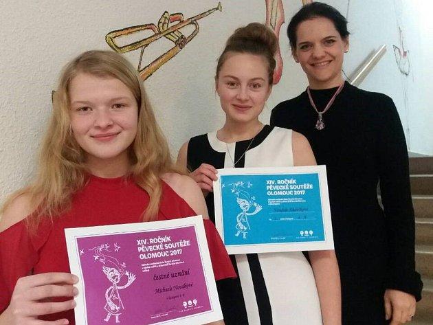 Studentky z mělnické základní umělecké školy ze třídy učitelky Lenky Knechtlové získali ocenění na letošním čtrnáctém ročníku pěvecké soutěže v Olomouci.