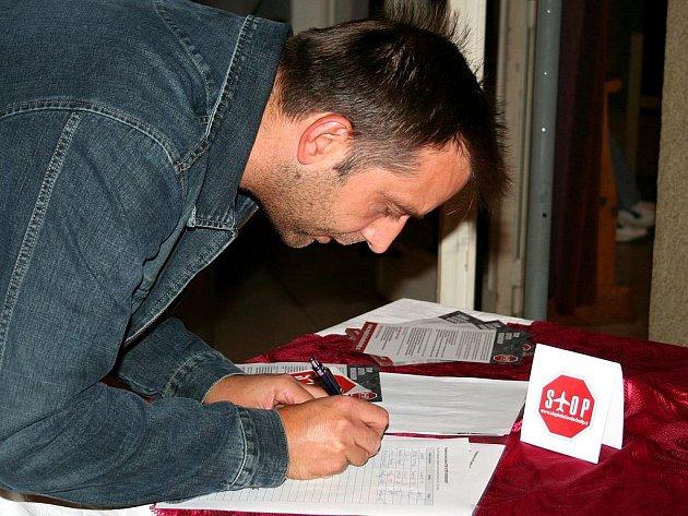 Petici Stop letišti Vodochody podepisovali lidé i na kralupském setkání s politiky.