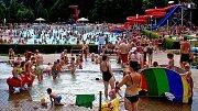 Málem tragicky skončilo víkendové koupání na kralupském koupališti pro rodinu čtyřletého chlapce. Díky včasnému zásahu dětí z menšího bazénu a zdejšího plavčíka naštěstí vše skončilo více než dobře.