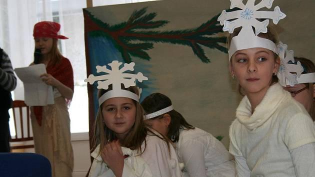 Školáci zahráli seniorům Zimní pohádku.