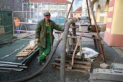 Průběh zasypávání části mělnického podzemí na náměstí Míru