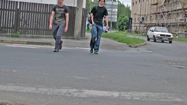 STUDENTI střední technické školy pravidelně prochází místy, kde už dávno měl být  obnoven přechod pro chodce.