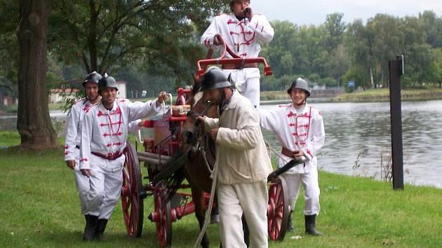 Hasiči z Lobkovic oslavili osmdesáté výročí jízdou s historickou stříkačkou