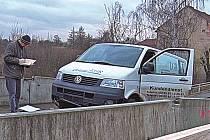 Kradená dodávka zastavila až o beton na zavřeném mostě.