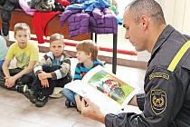 Hasiči dětem četli pohádky.
