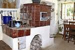 Skalní obydlí, Lhotka - kachlová kamna ve světnici postavili pionýři. Načerno a ještě obráceně.