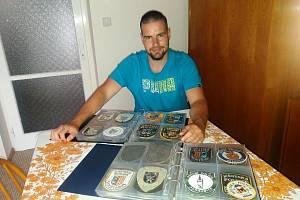 Při povodních v roce 2002 se jako dobrovolník přihlásil do skladu hmotné pomoci, kde se setkával se strážníky z Kralup, Hořic a Zlína. Tam si poprvé všiml, že strážníci mají na levém rukávu u triček a košil rozdílné nášivky.
