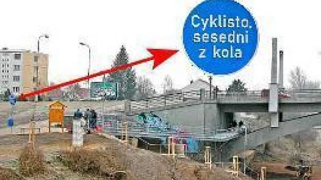 LÁVKA.  Lávka pod kralupským Masarykovým mostem už nabízí cyklistům  i chodcům bezpečnou cestu  mezi nábřežími v Lobečku. Včera tam ještě dělníci pracovali na schodech  vedoucích k procházkové zóně na vltavském břehu