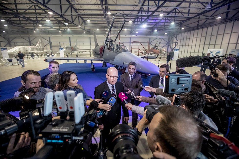 Nový letoun L-159 představila společnost Aero Vodochody 31. března ve svém areálu v Odoleně Vodě u Prahy. Na snímku Bohuslav Sobotka.