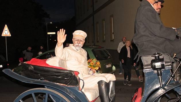 Vyvrcholením retrospektivních oslav republiky byl lampionový průvod, v jehož čele jelo spřežení s kočárem, v němž spočinul T. G. Masaryk.