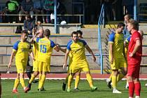 Fotbalisté Neratovic (ve žlutém) v šestém kole divize B přehráli Ostrov 4:0.