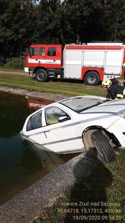 Utopené auto v Dolních Kralovicích.