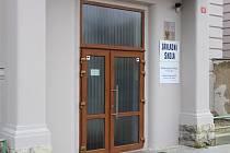 Nové dveře nahradily původní, které pocházely z roku 1998. Ve škole v Panešově ulici byly už několikáté.