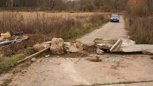 Vjezd do areálu bývalé čističky odpadních vod je znemožňen betonovými panely.