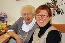 Ředitelka Domu Kněžny Emmy Jaroslava Vítová s jednou z klientek.