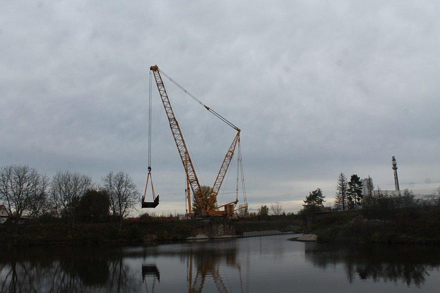 Vysokotonážní jeřáb o nosnosti 550 tun odstranil starý ocelový most.