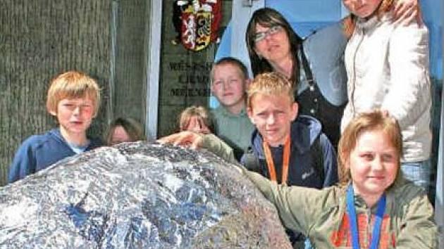Koule váží 31,85 kilogramů a obvod je 315 centimetrů.