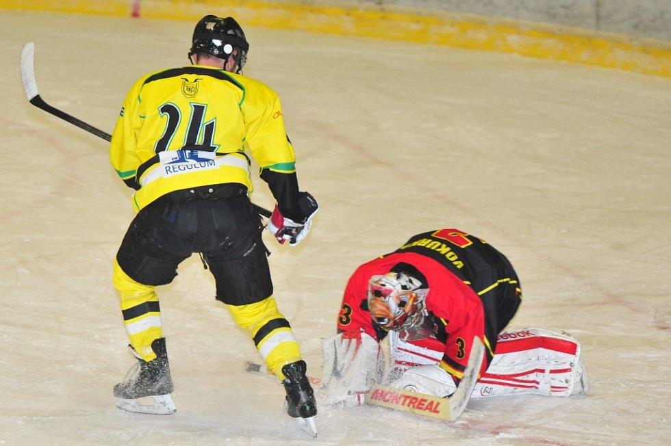 Mělnický brankář Jan Vokurka zastavuje útok domácího Martina Vacka.
