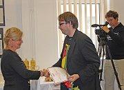 Slavnostní okamžiky předání cen básníkům v Kralupech.
