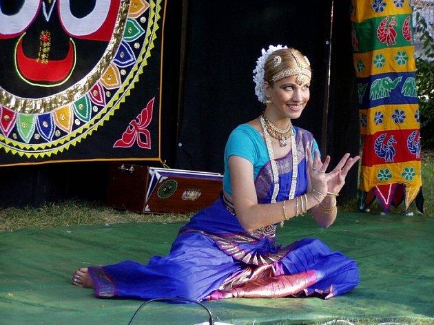 KOUZLO lindických tanců umocnil půvab tanečnic.