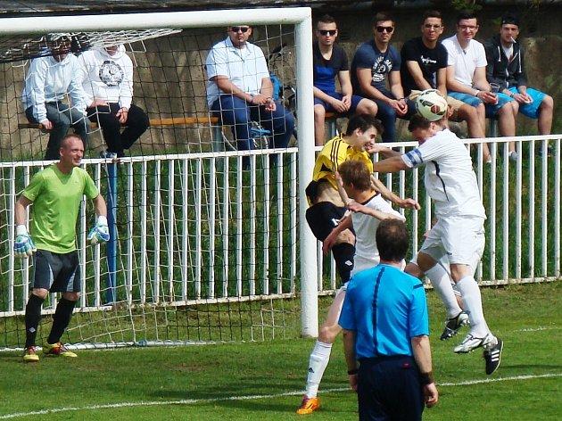 FK Brandýs n. L. (ve žlutém) - FK Pšovka Mělník (4:0); 19. kolo I. B třídy; 25. dubna 2015