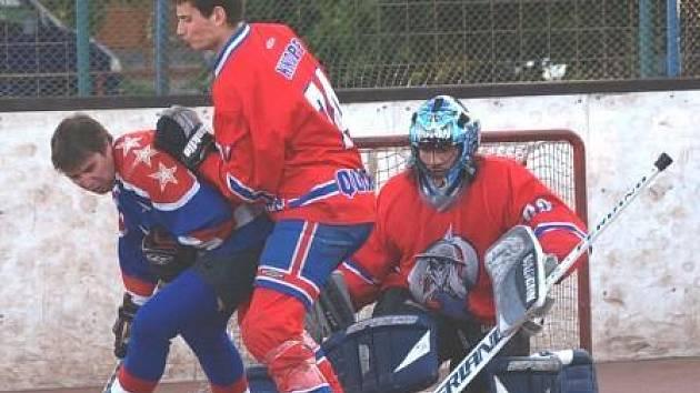 Jednu z největších hvězd lobečské sborné CSKA Pavla Kroužila brání v semifinálové sérii ve velké formě hrající minický obránce Koloman Knopp. Situaci kontroluje brankář Quijotes Vojtěch Pohl.