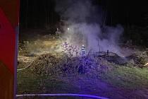 Požár paseky na okraji lesa u Olešna.