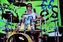 Lukáš Fuchs si zavzpomíná na časy, kdy hrával s Muttley Band. Dnes ho můžeme vidět za bicími kapely Lety Mimo