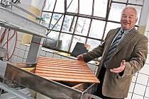 Nový lis moštárny na mělnické Pšovce byl podle jejího majitele Ladislava Prajze v provozu zatím jednou.