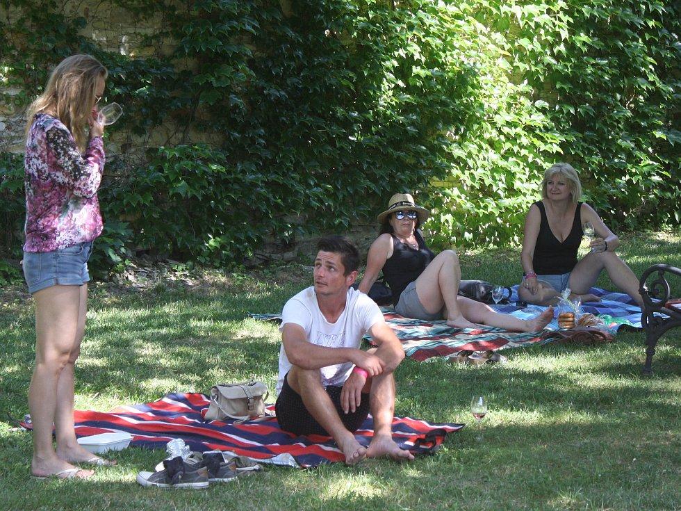 Poslední červnovou sobotu se na liblickém zámku sešli milovníci vína. Konal se tam totiž třetí ročník Pachtova koštu, tentokrát spodtitulem Den (bez) dětí - Víno & piknik.