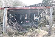 Bezdomovec uhořel ve své chýši.