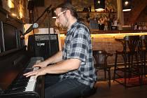Známý bluesový pianista Tomáš Homuta opět svým posluchačům zpříjemnil večer. Vydařený koncert, který se nesl v pohodové letní atmosféře, hostil v úterý 27. srpna mělnický bar Donnie Brasco.