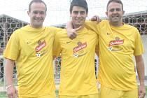 Jaroslav Trubička (uprostřed) ze Sokola Horní Počaply se stal hráčem jara projektu Kopeme za fotbal na Mělnicku.