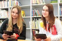 Byšičtí školáci si mohou ve školní knihovně půjčit elektronické čtečky knih.