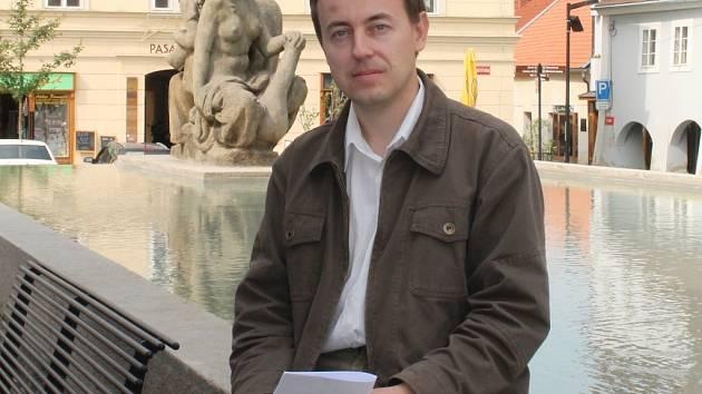 Kronikář Martin Klihavec u kašny na náměstí ve svém rodném městě.