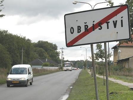 DEVADEÁTKA. Rychlost devadesát kilometrů v hodině je na silnici vedoucí od Štěpánského mostu k Obříství legální. Cedule, u kterých začíná platit padesátka, jsou totiž  mnohem dál,  až u domů podél silnice vedoucí k návsi.